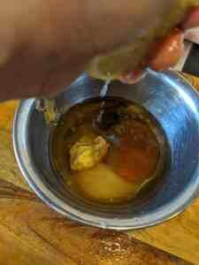 Zubereiten des Dressing für den Wurstsalat