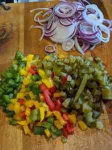 Kleingeschnittenes Gemüse für den Wurstsalat