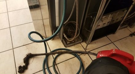 Reinigung eines Badsyphons mit Spirale