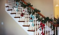 25 Ideas for Christmas Staircase Decorations