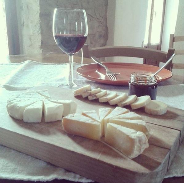 I Pascoli di Amaltea - Aperitivo with wine and cheese
