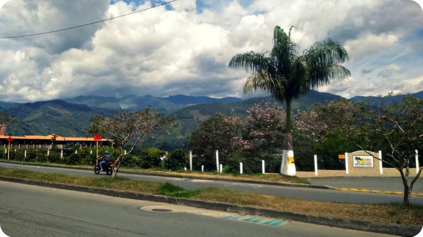 Vista sobre la Cordillera de los Andes, desde el lugar donde se espera el bus