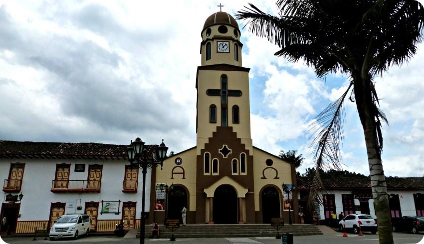 Église Nuestra Señora del Carmen sur la Place Bolívar de Salento