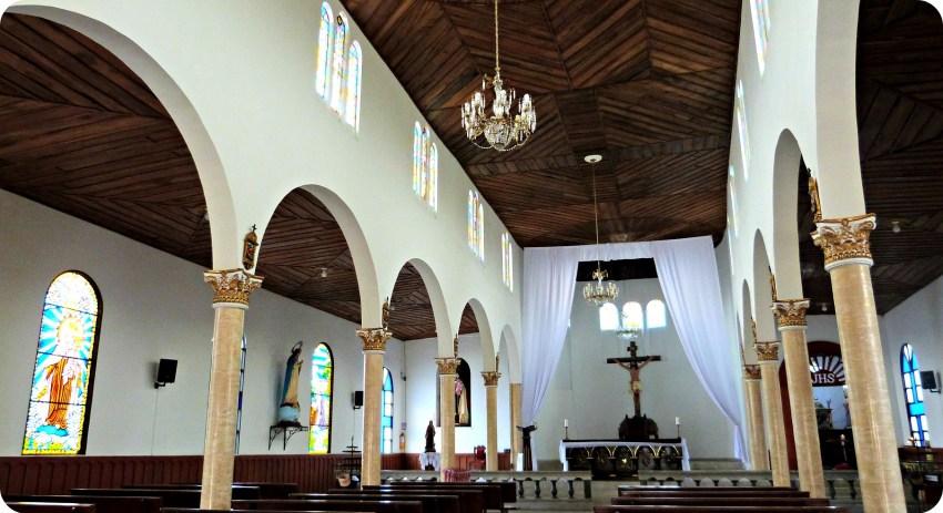 Intérieur de l'église Nuestra Señora del Carmen située sur la Place Bolívar de Salento