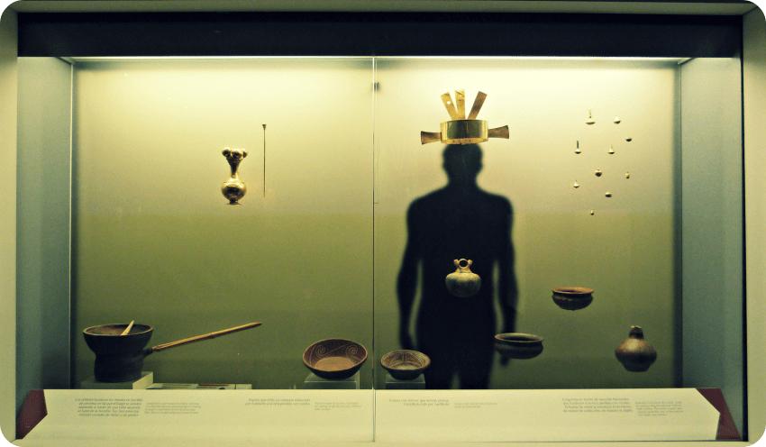 Vitrina del Museo del Oro de Armenia presentando, entre otro, una corona y unos platos
