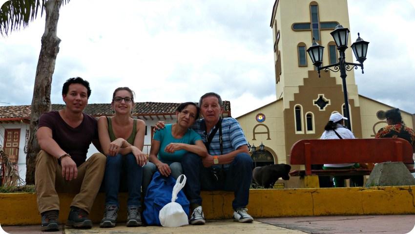 Charlène, Charles et ses parents assis devant l'église Nuestra Señora del Carmen située sur la Place Bolívar de Salento
