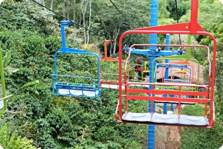 Télésièges de toutes les couleurs au Parque del Café