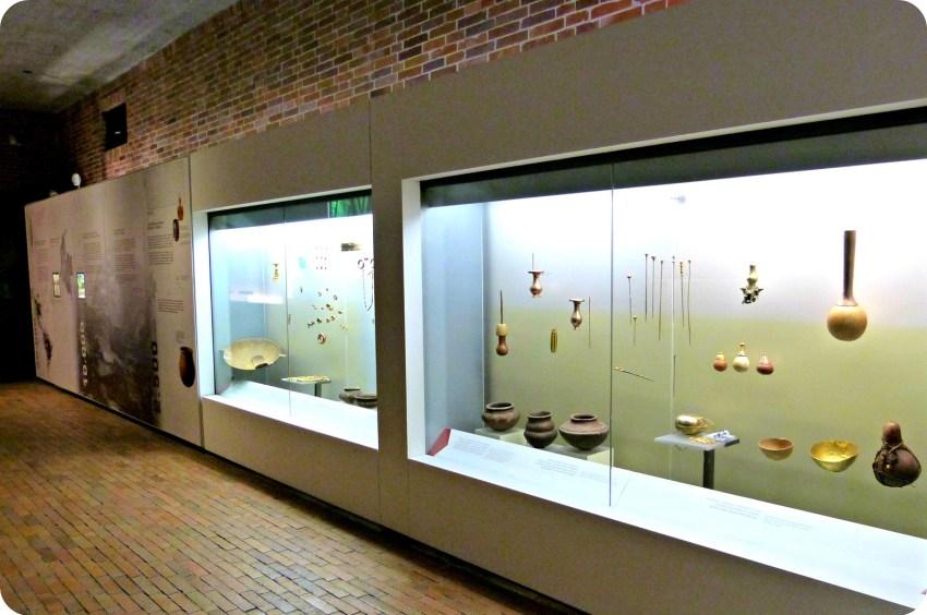 Vitrina del Museo del Oro en Armenia presentando la colección del museo