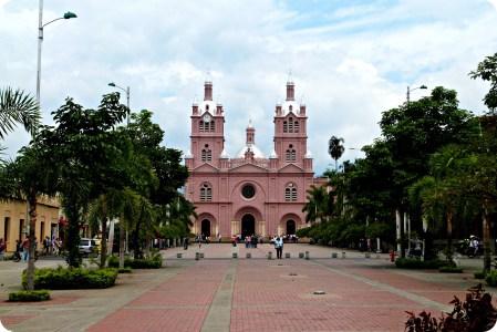 La place principale avec la Basilique Menor del Señor de los Milagros à Buga