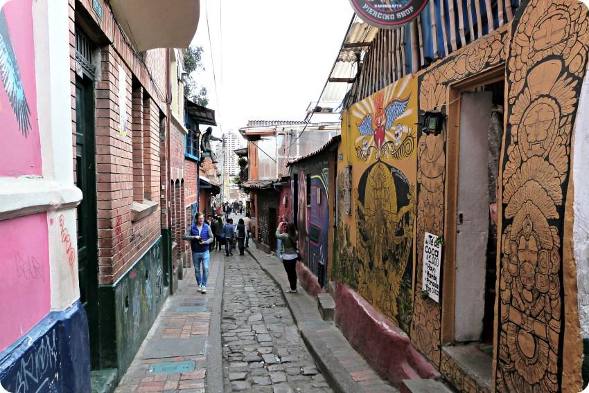 Calle colorida en el barrio de la Candelaria en Bogotá