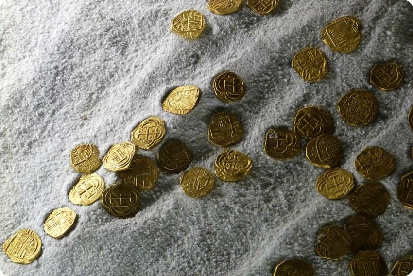 Zoom sur des pièces de monnaie posées dans le sable à la casa de la moneda de Bogotá