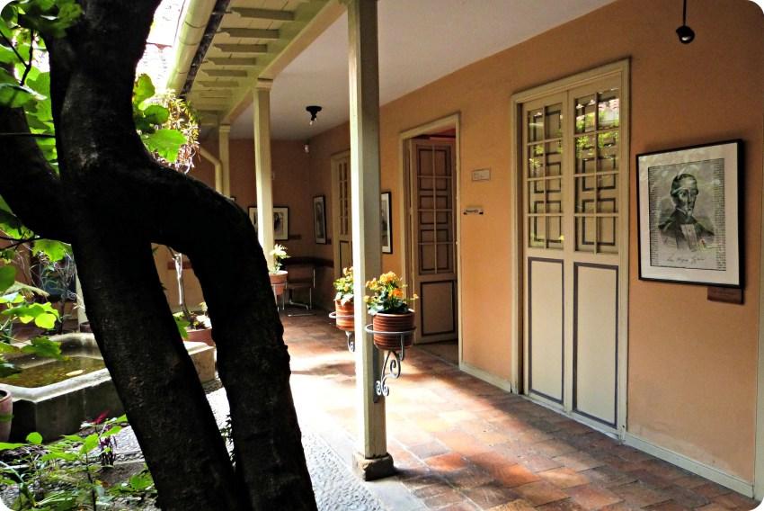 2do Patio con un árbol y las puertas de la Casa de poesía Silva de Bogotá