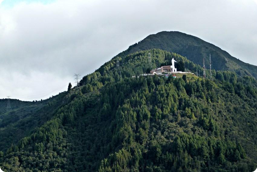 Vue sur le Cerro de Guadalupe depuis Monserrate à Bogotá