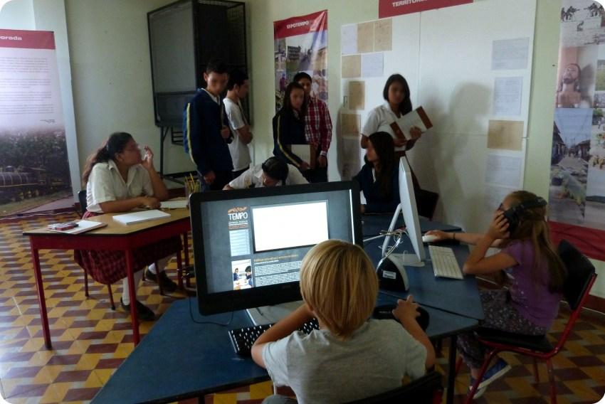 Espacio libre con computadores y un lugar para dibujar en la exposición Tempo en Aguadas