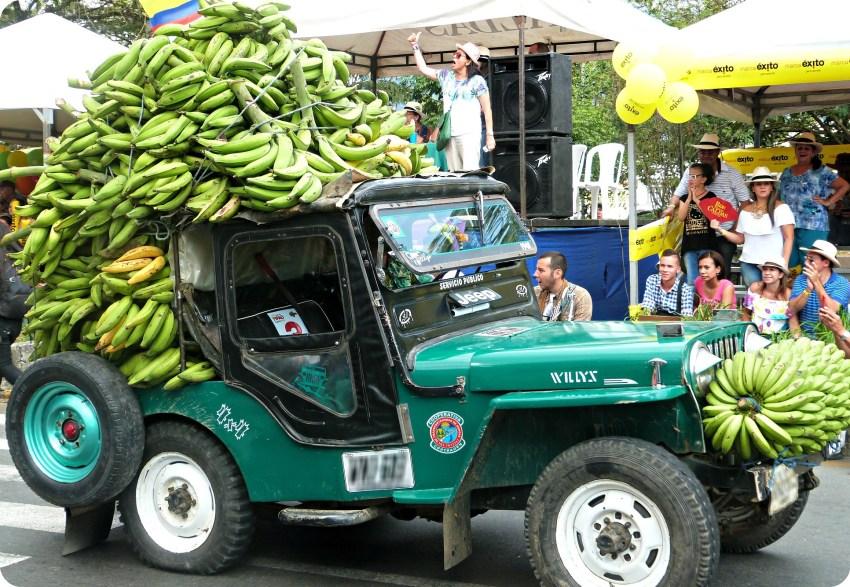 Carga de bananos detras de un jeep en el desfile del Yipao en Armenia