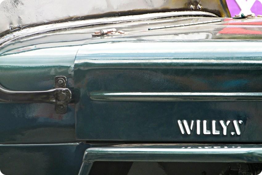 Zoom en la marca Willys de un jeep en el desfile del Yipao en Armenia