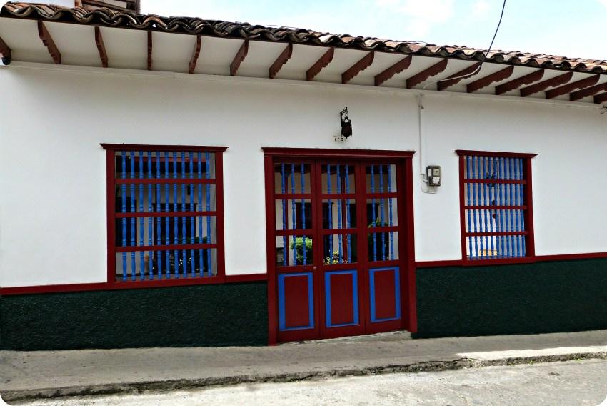 Casa pintada en una calle de Salamina