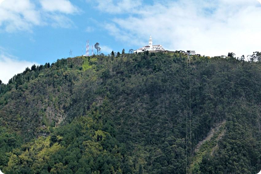 Monserrate en haut de la montagne vue depuis le centre de Bogotá