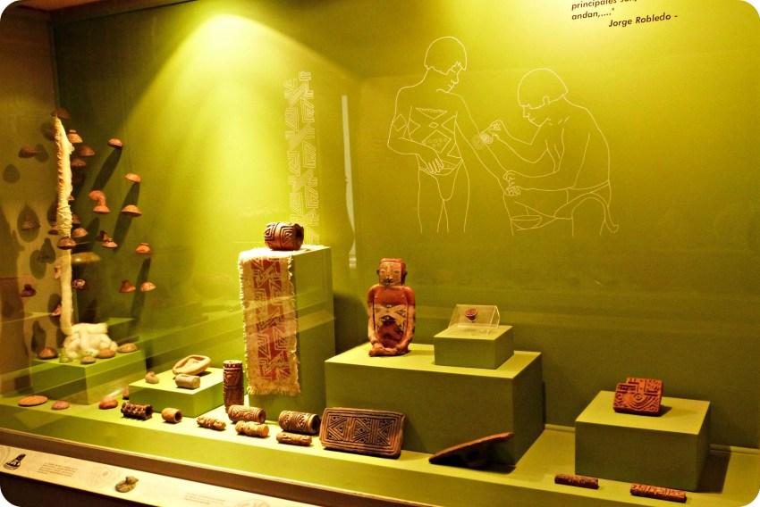 Vitrine présentant des statuettes et des rouleaux pour le corps au Musée archéologique de Manizales