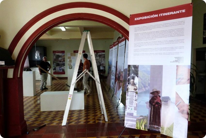 Escalerilla y paneles de la exposición Tempo durante la preparación en Aguadas