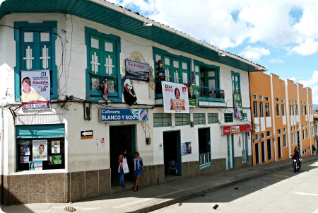 Maisons de toutes les couleurs dans une rue d'Aguadas