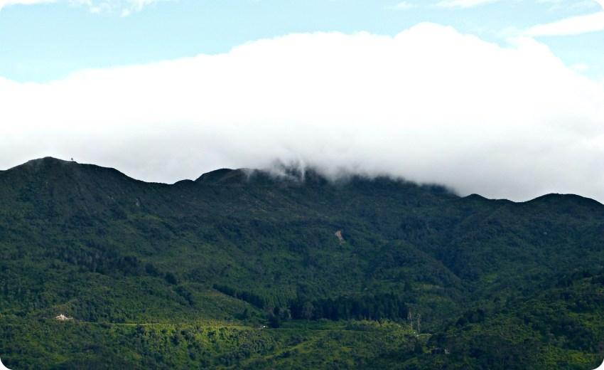 Vue sur la montagne et un gros nuage blanc depuis Monserrate à Bogotá