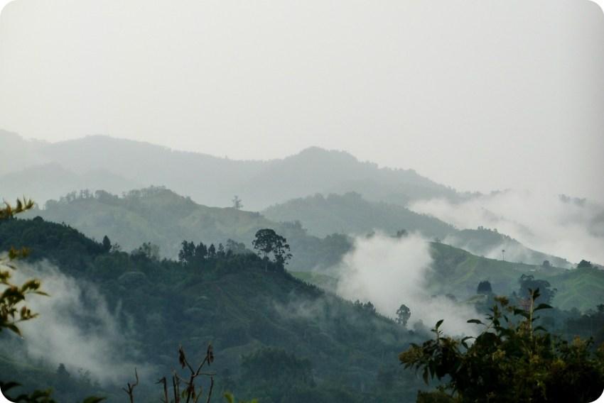 Vista sobre las montañas con numerosos nubes blancos y niebla desde la sala en Manizales