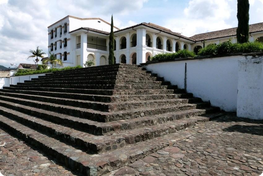 Escaliers et maison de la casa museo valencia de Popayán