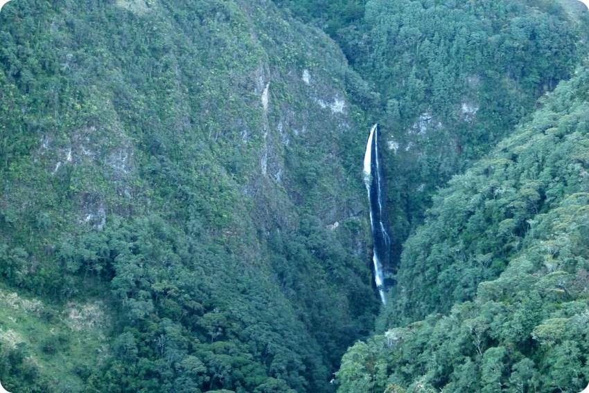 Cascada en el camino llevando al parque natural Puracé