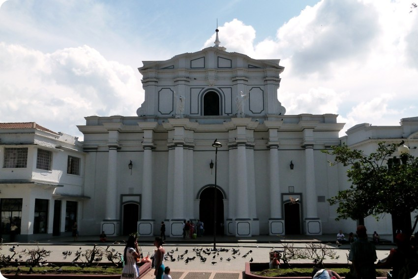 Imponente catedral de Popayán en la plaza del Parque Caldas