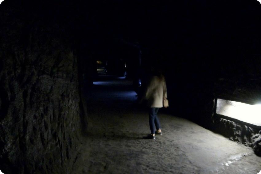 Camino oscuro llevando al corazón de la catedral de sal de Zipaquira