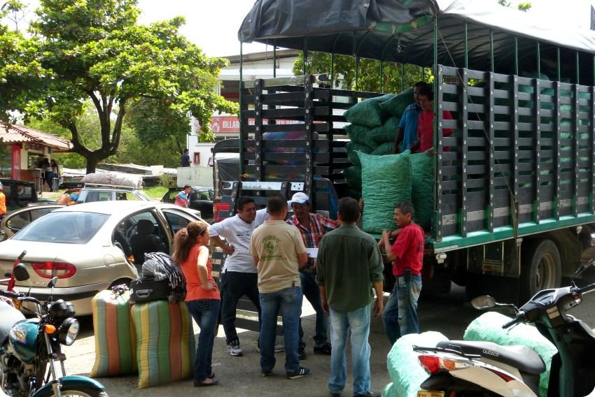 Déchargement des bultos d'un camion au marché d'Armenia