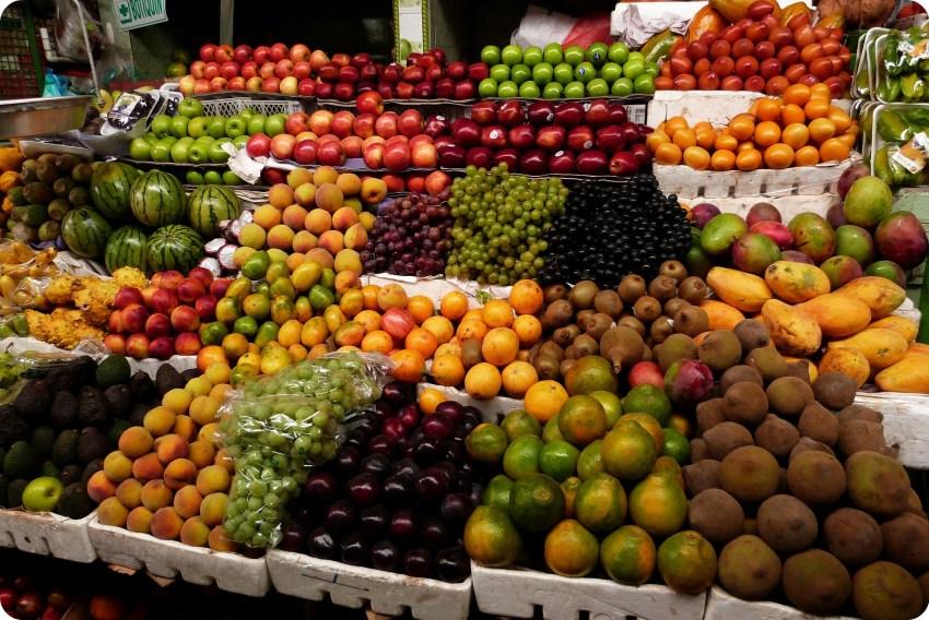 Fruits de toutes les couleurs au marché de Bogotá