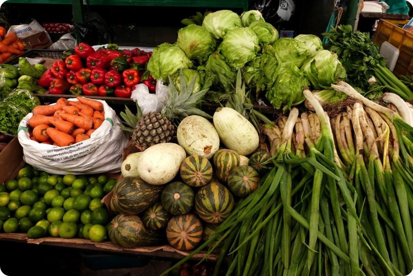 Etal de légumes de toutes les couleurs au marché de Bogotá