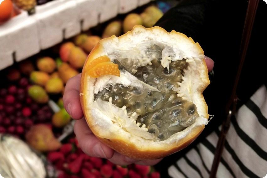 Fruta con pepas en el mercado de Bogotá