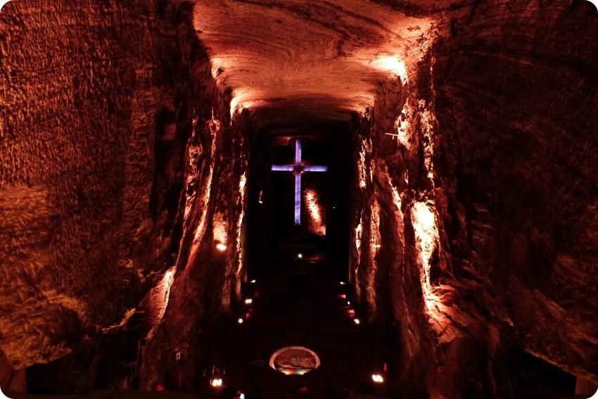 Gran cruz en el fondo de la catedral de sal de Zipaquira