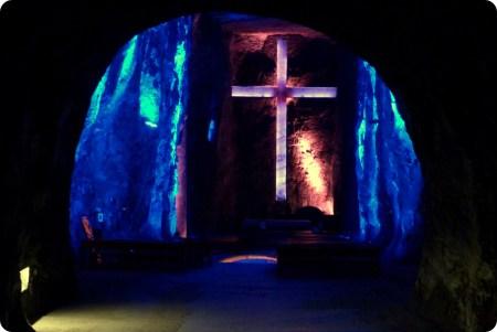 Grande croix vue à travers une cavité de la cathédrale de sel de Zipaquira