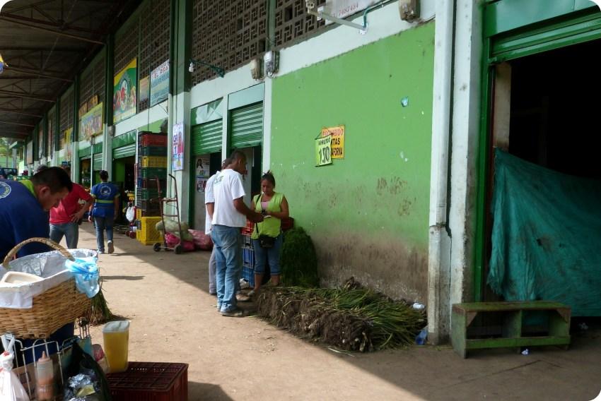 vendeurs dans les hangars du marché d'Armenia
