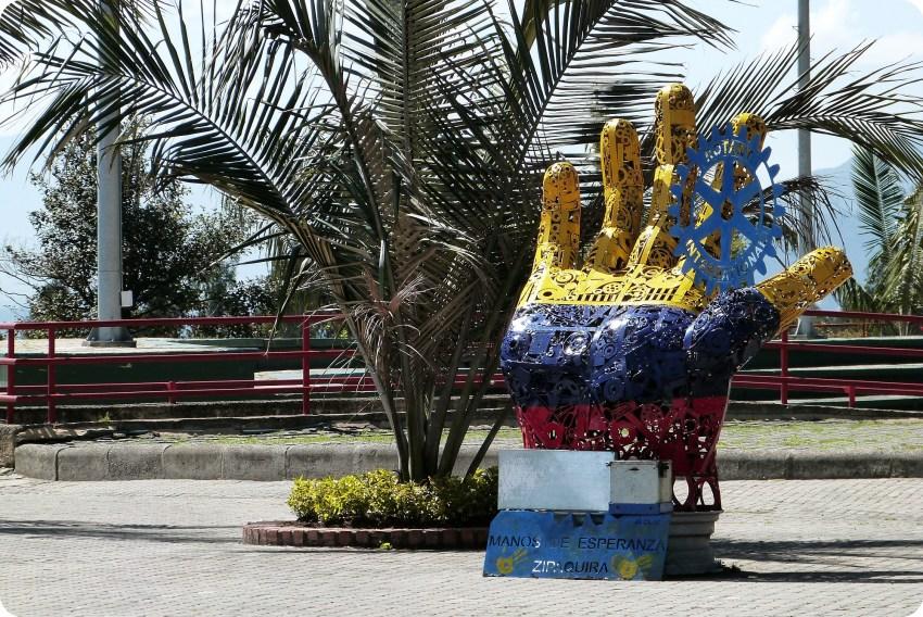 Escultura de una mano con los colores de Colombia cerca de la catedral de sal de Zipaquira