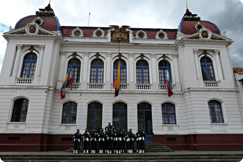 El palacio municipal y un grupo de policías en la plaza principal de Zipaquira