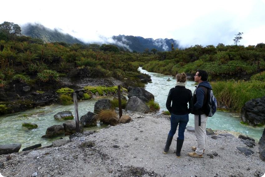 Nosotros frente al paisaje de los termales de san juan en el parque natural Puracé