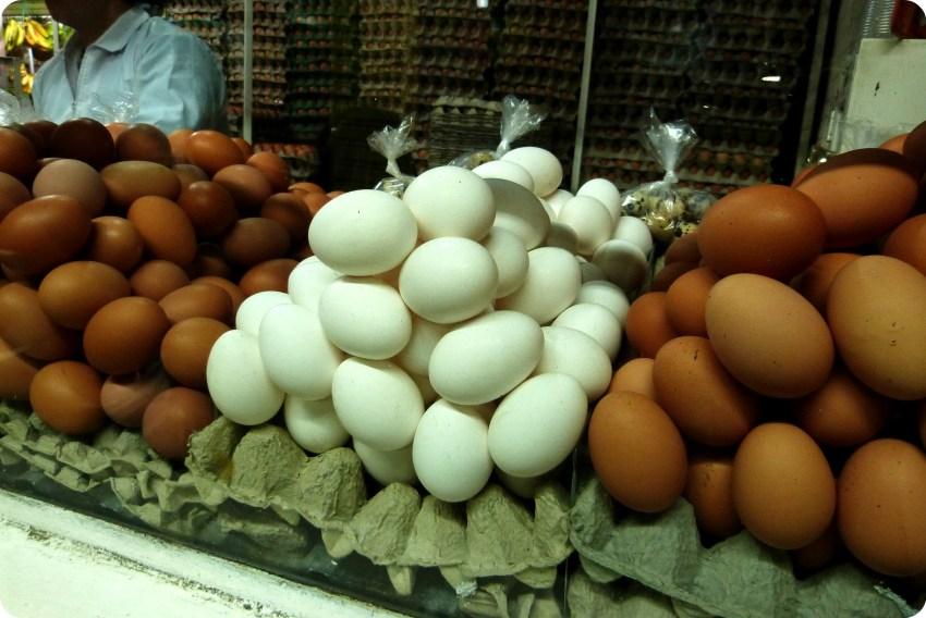 Huevos marrones y blancos en el mercado de Bogotá