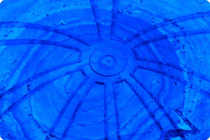 Detalle de la cúpula iluminada en azul en la catedral de sal de Zipaquira