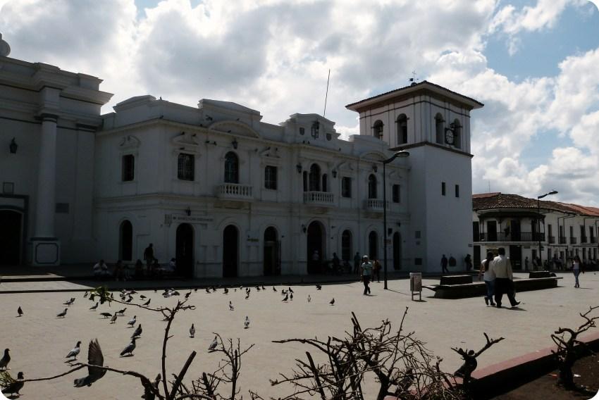 La Torre del Reloj en la plaza principal de Popayán : Parque Caldas