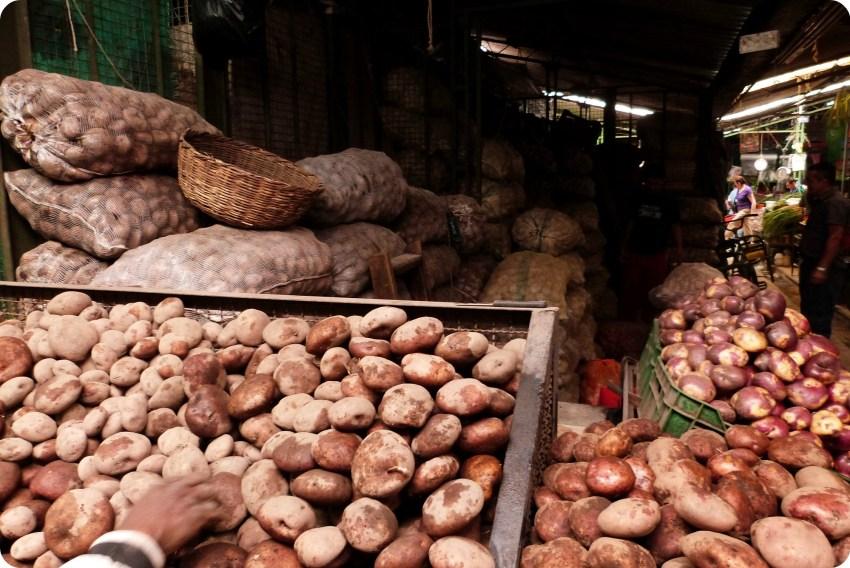 Puesto con papas en el mercado de Bogotá