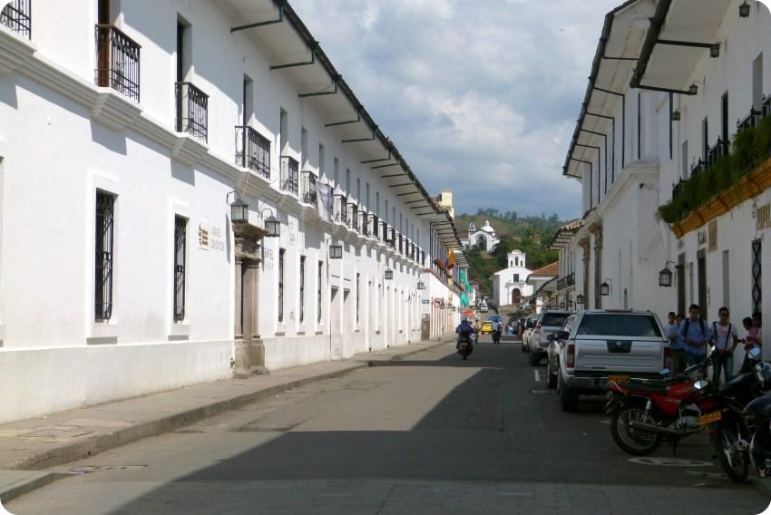 Calle del centro de Popayán con las iglesias Belen y Ermita en el fondo