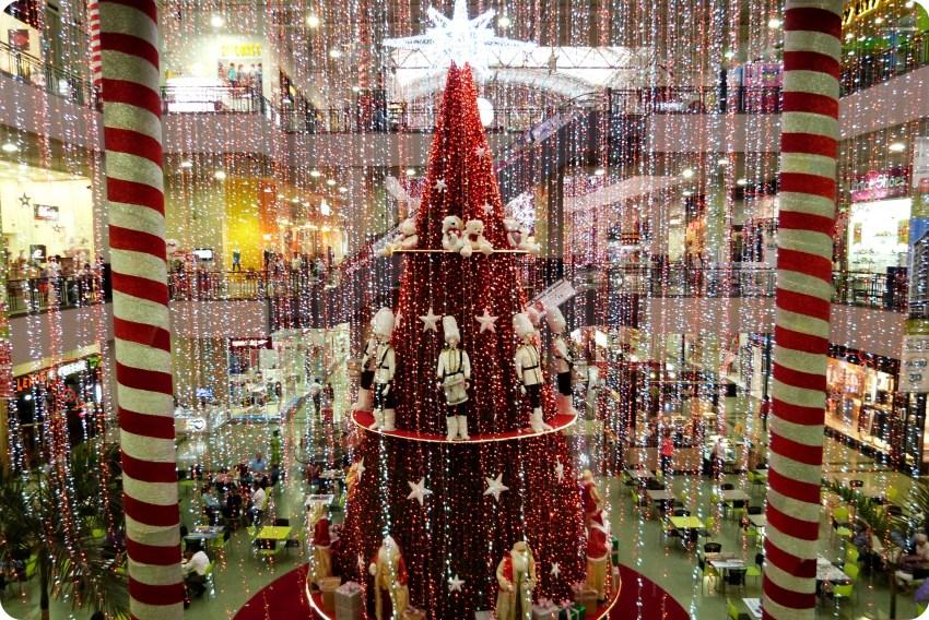 alto árbol de navidad rojo en el centro del centro comercial Portal del Quindío del norte de Armenia