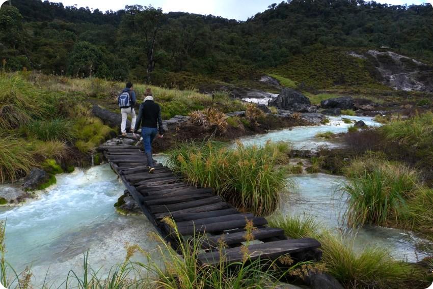 Nosotros sobre un puente de madera en los termales de san juan en el parque natural Puracé