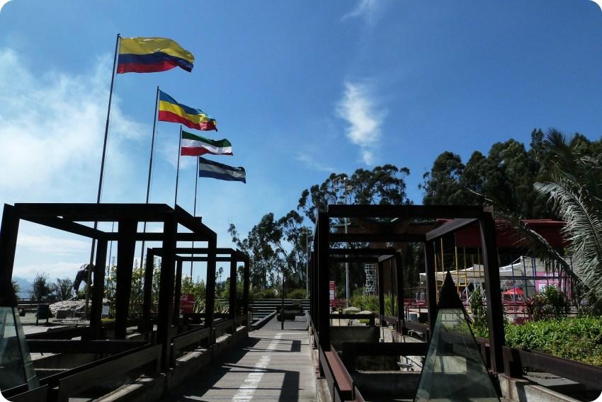 Toit du musée et drapeaux à la sortie de la cathédrale de sel de Zipaquira