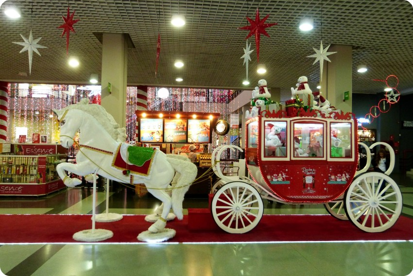traîneau tiré par 2 chevaux dans le centre commercial Portal del Quindío d'Armenia